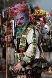 Nicht identifizierter Mann in traditionellem Kukeri-Kostüm wird am Festival der Maskerade-Spiele Kukerlandia in Yambol, Bulgarien Stockfoto