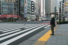 Nicht identifizierter Mann wartet über die Straße Stockbilder