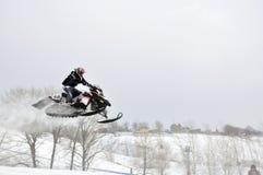 Nicht identifizierter Mitfahrer des Snowmobile Bord Stockfotografie