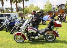 Nicht identifizierter Radfahrer, der nahe bei seinem Motorrad steht Stockfoto