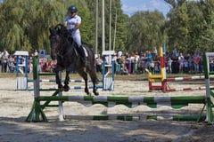 Nicht identifizierter Reiter überwindt das Hindernis springen Stockfotos