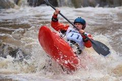 Nicht identifizierter Rennläufer am Kayak fahrenden Wettbewerb 2018 jährlichen Whitewater Icebreak lizenzfreie stockfotos