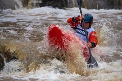 Nicht identifizierter Rennläufer am Kayak fahrenden Wettbewerb 2018 jährlichen Whitewater Icebreak stockbilder