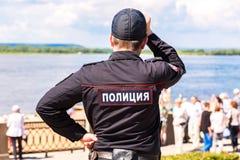 Nicht identifizierter russischer Polizeibeamte in der Uniform am Damm Stockbild