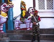 Nicht identifizierter Schutz von König Tribhuwan Memorial Museum, am 2. Dezember 2013 in Kathmandu, Nepal Lizenzfreie Stockfotografie