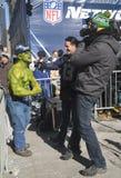 Nicht identifizierter Seattle Seahawks-Fan während des Interviews auf Broadway während der Woche des Super Bowl XLVIII in Manhatta Stockfotografie