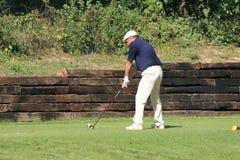 Nicht identifizierter Spieler auf dem Golfplatz Lizenzfreies Stockfoto