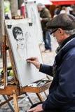 Nicht identifizierter Straßenkünstler auf Montmartre stockbild
