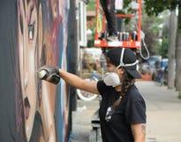 Nicht identifizierter Straßenkünstler in der Gasmaske während der Kollektivblock-Partei Bushwick Stockfotografie