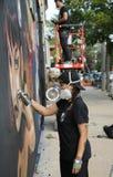 Nicht identifizierter Straßenkünstler in der Gasmaske während der Kollektivblock-Partei Bushwick Lizenzfreie Stockfotos