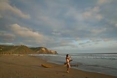 Nicht identifizierter Tourist, der einen Tag im Strand genießt Stockbilder