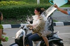 Nicht identifizierter Tourist in einem Wasserkampffestival bei Chiangmai, Thailand Lizenzfreies Stockbild