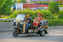 Nicht identifizierter Tourist mit traditionellem tuk-tuk in Thailand Lizenzfreies Stockbild