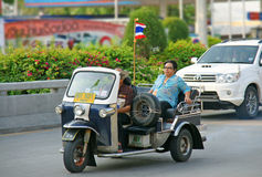Nicht identifizierter Tourist mit traditionellem tuk-tuk in Thailand Stockfotos