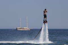 Nicht identifizierter türkischer Mann schwebte über dem Wasser Stockfotografie