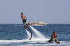 Nicht identifizierter türkischer Mann schwebte über dem Wasser Stockbild