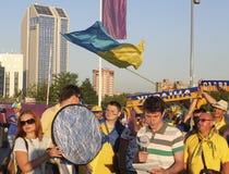 Nicht identifizierter ukrainischer Ankermann mit Fußballfans vor UEFA-EU stockfotos