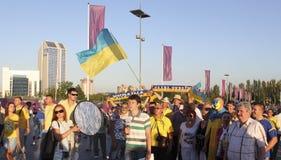 Nicht identifizierter ukrainischer Ankermann mit Fußballfans vor UEFA-EU lizenzfreie stockfotografie