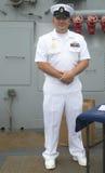 Nicht identifizierter US-Marineoffizier auf der Plattform des US-Marinelenkwaffenzerstörers USS Cole während Flotten-Woche 2014 Stockfotos