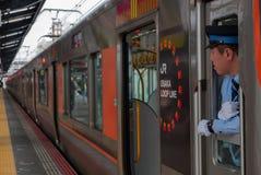 Nicht identifizierter Zugfahrer sucht Passagiere an Shin--Imamiyastation in Osaka, Japan stockfotografie