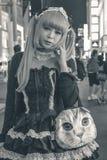 Nicht identifiziertes japanisches Mädchen im schwarzen Kostüm und im blonden Tauchhaar Tokyo Japan lizenzfreies stockfoto