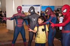 Nicht identifiziertes Kind machen Foto mit dem cosplay Spiderman Stockfoto