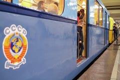 Nicht identifiziertes Kind schaut Weinlese-U-Bahnauto Lizenzfreies Stockbild