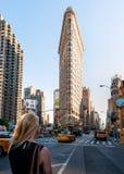 Nicht identifiziertes Mädchen betrachtet das Plätteisen-Gebäude in Manhattan New York. stockfotos