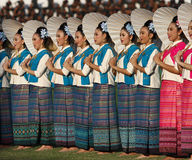 Nicht identifiziertes schönes in der thailändischen Seide in den 40. Thailand-Hochschulspielen Stockbild