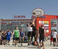 Nicht identifiziertes Spiel der jungen Leute im streetball Lizenzfreies Stockfoto