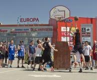 Nicht identifiziertes Spiel der jungen Leute im streetball Lizenzfreie Stockbilder