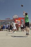 Nicht identifiziertes Spiel der jungen Leute im streetball Lizenzfreies Stockbild