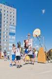 Nicht identifiziertes Spiel der jungen Leute im streetball Stockfotos