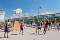 Nicht identifiziertes Spiel der jungen Leute im streetball Stockbilder