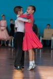 Nicht identifiziertes Tanz-Paar führt europäisches Standardprogramm Juvenile-1 durch Lizenzfreie Stockfotos