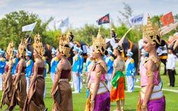 Nicht identifiziertes thailändisches Tänzertanzen Elefantpolospiele während des Königs 's-Cup-Elefant-Polomatch 2013 am 28. Augus Stockfotos