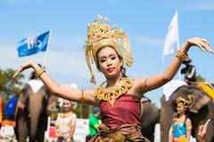 Nicht identifiziertes thailändisches Tänzertanzen Elefantpolospiele während des Königs 's-Cup-Elefant-Polomatch 2013 am 28. Augus stockbilder