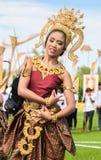Nicht identifiziertes thailändisches Tänzertanzen Elefantpolospiele während des Königs 's-Cup-Elefant-Polomatch 2013 am 28. Augus lizenzfreies stockfoto