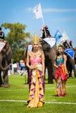 Nicht identifiziertes thailändisches Tänzertanzen Elefantpolospiele während des Königs 's-Cup-Elefant-Polomatch 2013 am 28. Augus stockfoto