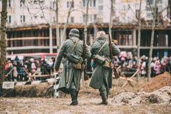Nicht identifiziertes wieder--enactors gekleidet als deutscher Infanterie Wehrmacht-Soldat lizenzfreie stockfotos