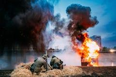 Nicht identifiziertes wieder--enactors gekleidet als Deutschsoldaten des Zweiten Weltkrieges stockfotografie