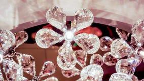 Nicht lebendige Blumen in luxure großem chandalier Glanz wie ein glänzendes Lizenzfreies Stockfoto