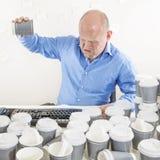 Nicht mehr Kaffee für erschöpften Geschäftsmann Lizenzfreie Stockbilder