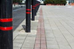 Nicht Parkplatz, rot-schwarzer Streifenpfosten Sicherheitspfosten Stockfoto