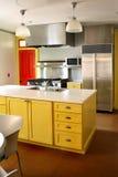 Nicht rostender Ofen der gelben hölzernen Kabinette der Küche stockfotos