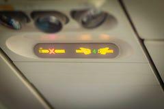 Nichtraucher und befestigen Sie Sicherheitsgurt Zeichen innerhalb eines Flugzeuges fasten Stockbild