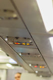 Nichtraucher und befestigen Sie Sicherheitsgurt Zeichen innerhalb eines Flugzeuges fasten Stockfotografie