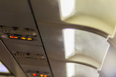 Nichtraucher und befestigen Sie Sicherheitsgurt Zeichen innerhalb eines Flugzeuges fasten Stockbilder