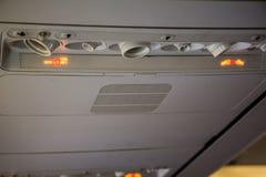 Nichtraucher und befestigen Sie Sicherheitsgurtzeichen innerhalb eines Flugzeuges Stockfotos