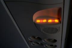 Nichtraucher- und Sicherheitsgurtzeichen auf Flugzeug Stockfotos